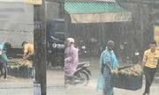 Ấm lòng với cử chỉ của chàng trai giữa cơn mưa trắng trời như trút nước