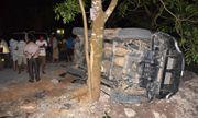 Xe Fortuner phóng nhanh tông thẳng vào gốc cây, 5 người bị thương