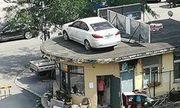 Chủ xe không chịu trả phí đậu xe, ngang bướng đỗ chặn lối: Xe bị cẩu lên nóc nhà