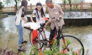 Hà Thu, Diệu Linh cả ngày vác gạo trong mưa giúp bà con xứ Huế
