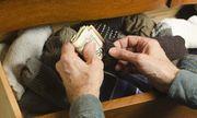 Bất ngờ với số tiền hơn trăm triệu đồng trong đống quần áo cũ