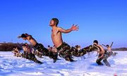 Lính Trung Quốc cởi trần giữa trời -30 độ C