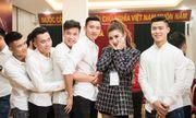 Chụp với Huyền My mà dàn trai đẹp U23 Việt Nam