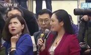 Phóng viên Trung Quốc bị 'ném đá' vì thái độ, lườm nguýt đồng nghiệp