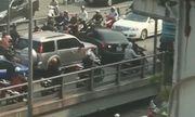 Video: Ô tô ngang nhiên quay đầu giữa cầu vượt Thái Hà