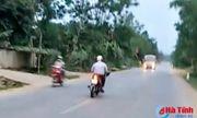 Video: Người đàn ông đi xe máy