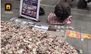 Đổ 'núi tiền' ra rồi quỳ lạy giữa đường, người đàn ông ăn xin khiến dân chúng bất ngờ
