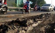 Nhiều xe máy trượt ngã vì đường đầy bùn nhão