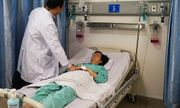 Một phụ nữ suýt vỡ tim vì bị cửa sắt đè