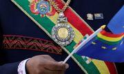 Huân chương vàng nạm ngọc lục bảo của Tổng thống Bolivia bị đánh cắp tại phố đèn đỏ