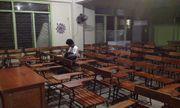Mặc kệ bão MangKhut, nam sinh Philippines vẫn ở lại lớp làm bài tập