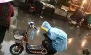 Video: Cảm động cảnh bé trai khom người che yên xe cho mẹ dưới trời mưa
