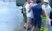 CSGT Quảng Nam vượt lũ đưa người dân đi cấp cứu
