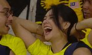 Xuất hiện chớp nhoáng trên màn ảnh, nữ CĐV Malaysia được dân mạng ráo riết truy lùng