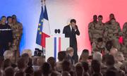 Video: Binh sĩ Pháp ngất xỉu khi đang hát quốc ca trước mặt Tổng thống Macron