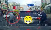 Video: Cái kết đắng cho tài xế ô tô ngang nhiên vứt rác ra đường