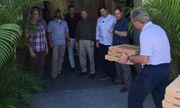 Cựu Tổng thống Bush đích thân mang pizza tặng các mật vụ bị nợ lương vì chính phủ Mỹ đóng cửa
