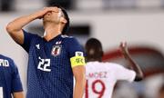 """Đội trưởng Nhật Bản 2 lần ôm đầu đầy tiếc nuối vì bị VAR """"sờ gáy"""""""