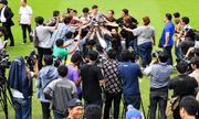 Thủ môn Đặng Văn Lâm được truyền thông Thái Lan vây kín tại buổi lễ ra mắt