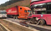 Tai nạn giao thông, xe khách biển số Lào nát bét sau cú tông kinh hoàng với container