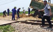 Tàu hỏa húc văng xe tải xuống ruộng, tài xế tử vong trong cabin