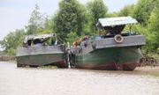 Công an nổ súng bắt hai ghe hút cát trái phép trên sông Hậu