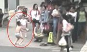 Chạm vào mông bạn nữ trên lớp, cậu bé bị mẹ phạt mặc đồ lót đứng giữa đường
