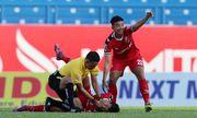 Trọng tài nhanh trí sơ cứu cầu thủ co giật trên sân sau cú va chạm kinh hoàng ở V-League