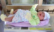 Cả ekip hộ sinh ngỡ ngàng vì cân nặng khó tin của bé trai sơ sinh ở Quảng Ninh