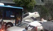 """Tài xế xe buýt nhầm chân ga, ủn """"dồn toa"""" hàng chục xe con trên đường chỉ trong vài giây"""