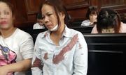 Vợ bị cáo bất ngờ bị đánh chảy máu, ngã gục ngay trước phòng xử án