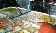 Hàng chục cảnh sát truy bắt nghi can đập vỡ tủ kính, cướp 30 sợi dây chuyền vàng