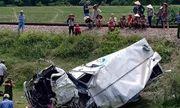 Tin tức tai nạn giao thông mới nhất hôm nay 16/6/2019: Xe tải bị tàu hỏa đâm, tài xế nguy kịch