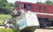 Video: Hiện trường vụ tàu hỏa đâm nát bét xe tải, 1 người bị thương nặng