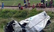 Va chạm kinh hoàng với tàu hỏa: Xe tải nát bét, tài xế nguy kịch