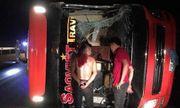 Va chạm kinh hoàng trong đêm khiến xe khách bị lật, 3 người nhập viện