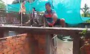 Chui vào chuồng đầy cá sấu, bé gái 2 tuổi bị cắn chết thương tâm