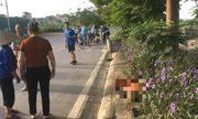 Taxi đâm nữ lao công ở Hà Nội tử vong, người dân dùng gạch viết lại biển số trên vỉa hè