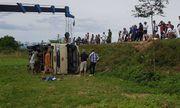 Nghệ An: Xe khách chở công nhân lật nhào xuống ruộng, 21 người bị thương