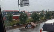 Xót xa cảnh chồng khóc ngất bên thi thể vợ bị tai nạn giao thông