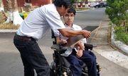 Thi THPT quốc gia 2019: Thí sinh khuyết tật làm bài trên xe lăn đạt điểm tuyệt đối môn tiếng Anh