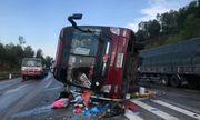 Tin tức tai nạn giao thông mới nhất hôm nay 22/7/2019: Xe khách đâm dải phân cách lật nghiêng trên quốc lộ