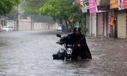 Trận mưa lớn giữa trưa khiến nhiều tuyến phố ở Hà Nội ngập lụt, nước dâng cao đến nửa bánh xe