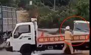 Vụ ô tô chở gỗ lậu tông thẳng vào xe cảnh sát: Đại úy bị hất văng đã qua cơn nguy kịch
