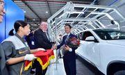 Trải nghiệm chưa từng có của khách hàng Việt khi nhận xe Vinfast Lux