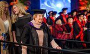 Cảm phục nỗ lực không ngừng nghỉ của cụ bà lên nhận bằng thạc sĩ ở tuổi 90