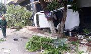 Quy Nhơn: Lạc tay lái, ô tô lao lên vỉa hè tông đổ cây, 2 người thương vong