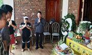 Vụ học sinh lớp 1 trường Gateway tử vong: Xót xa hình ảnh người cha khóc nghẹn bên di ảnh con