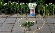 Người dân đặt hoa trắng và nến tưởng nhớ bé trai lớp 1 tử vong ở trường Gateway