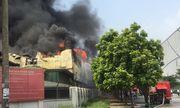 Cháy lớn tại kho xưởng gần Aeon Mall Long Biên, cột khói đen kịt cao gần chục mét